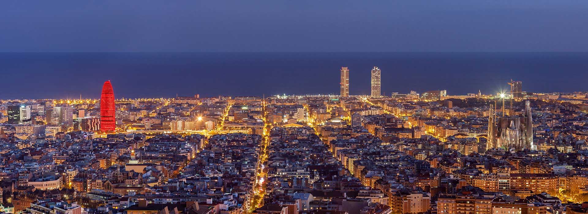 ברצלונה בלילה, כל העיר פרושה על אורותיה עם הים ברקע