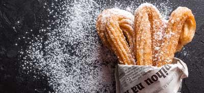 צ'ורוס על לוח גיר עם סוכר מוזר מסביב