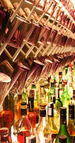 סיור חינמי בברצלונה, סיור אלכוהול, תמונה של המון בקבוקים בבר מקומי
