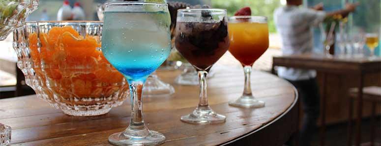 שלוש כוסות עם קוקטיילים ספרדים בברצלונה