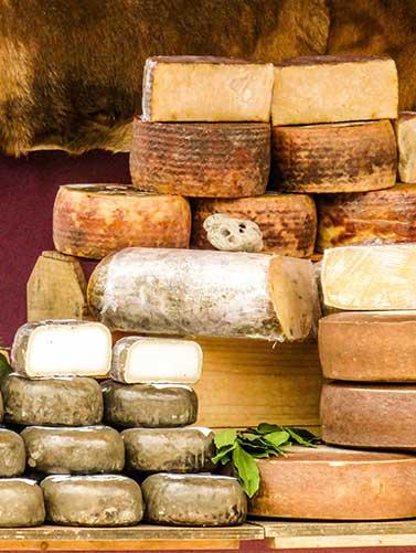 ערימת גבינות בשוק, בסיור חינם בברצלונה