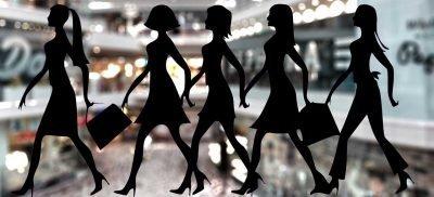 צלליות של נשים עורכות קניות על רקע קניון תקריב